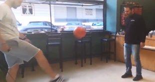 Ο Γιώργος και ο Τάκης παίζουν μπάλα! Στο… Corner café! (video)