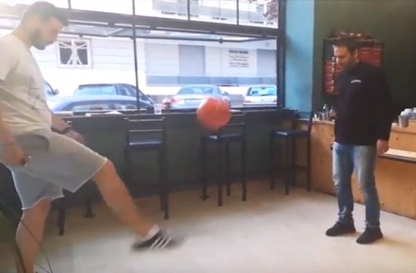 Ο Γιώργος και ο Τάκης παίζουν μπάλα! Στο... Corner café! (video) 1