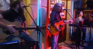 Φωτογραφίες από το live του Βασίλη Καζούλη στο Μώμος café & Bar