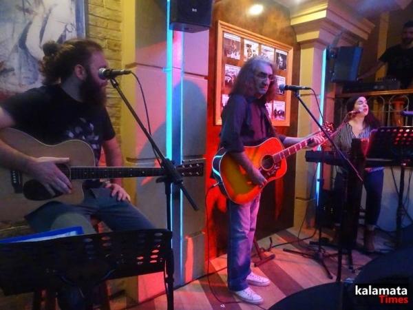 Φωτογραφίες από το live του Βασίλη Καζούλη στο Μώμος café & Bar 1