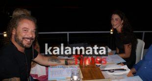 Με τη μελαχρινή σύντροφο του, ο Χρήστος Δάντης στην Καλαμάτα και στο Yiamas Gastro Bar