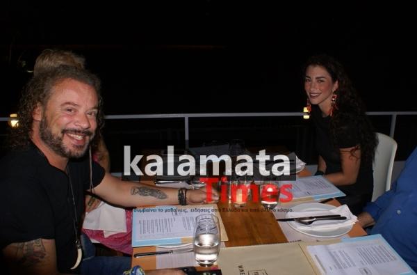 Με τη μελαχρινή σύντροφο του, ο Χρήστος Δάντης στην Καλαμάτα και στο Yiamas Gastro Bar 10