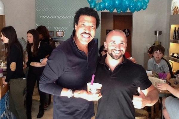 Ο Έλληνας γιαουρτάς που έχει τρελάνει το Beverly Hills 20