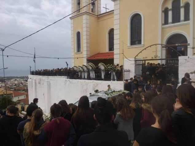 Τροχαίο Μεσσηνίας: Ράγισαν καρδιές στην κηδεία του 15χρονου Νίκου [εικόνες] 27