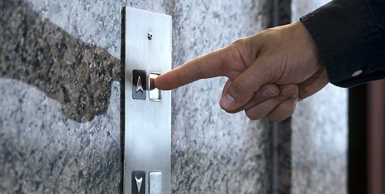 Έως και 10 φορές πιο γρήγορα έρχονται τα ασανσέρ αν πατήσουμε πολλές φορές το κουμπί αποκαλύπτει απόρρητη έκθεση 24