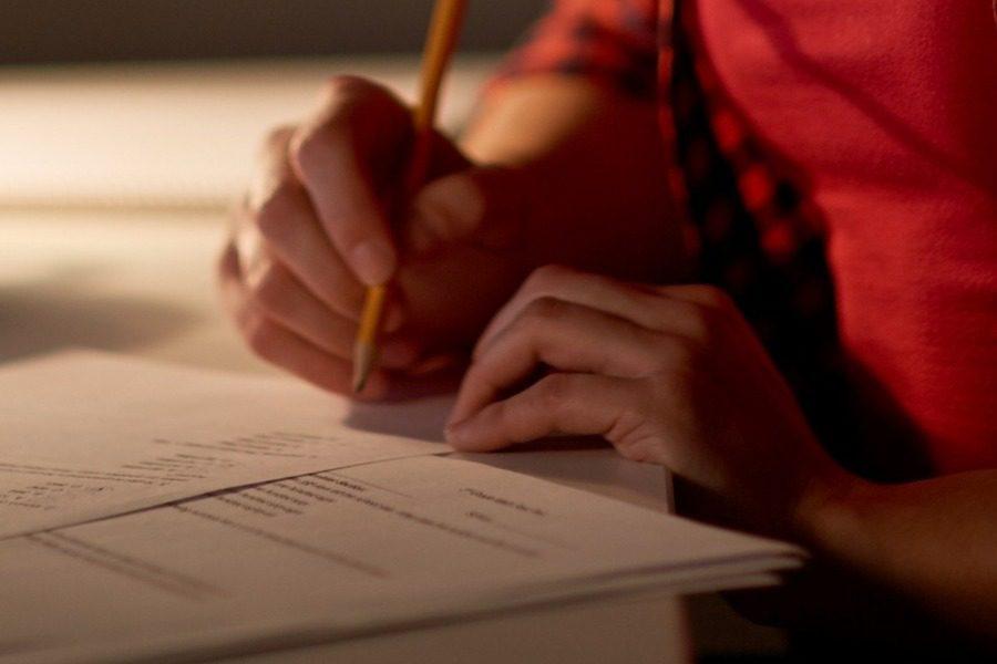 Μαγνησία: Μαθήτρια διάβαζε στο πεζοδρόμιο γιατί στο σπίτι δεν είχαν ρεύμα 1