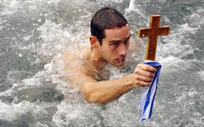 Χειμερινή κολύμβηση σε κρύο νερό και τα καλά που προσφέρει στην υγεία. Τι πρέπει να προσέχουμε