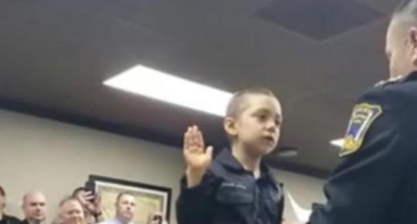 Η 6χρονη που ορκίστηκε αστυνομικός για να νικήσει τους κακούς στο σώμα της, τον καρκίνο (video)