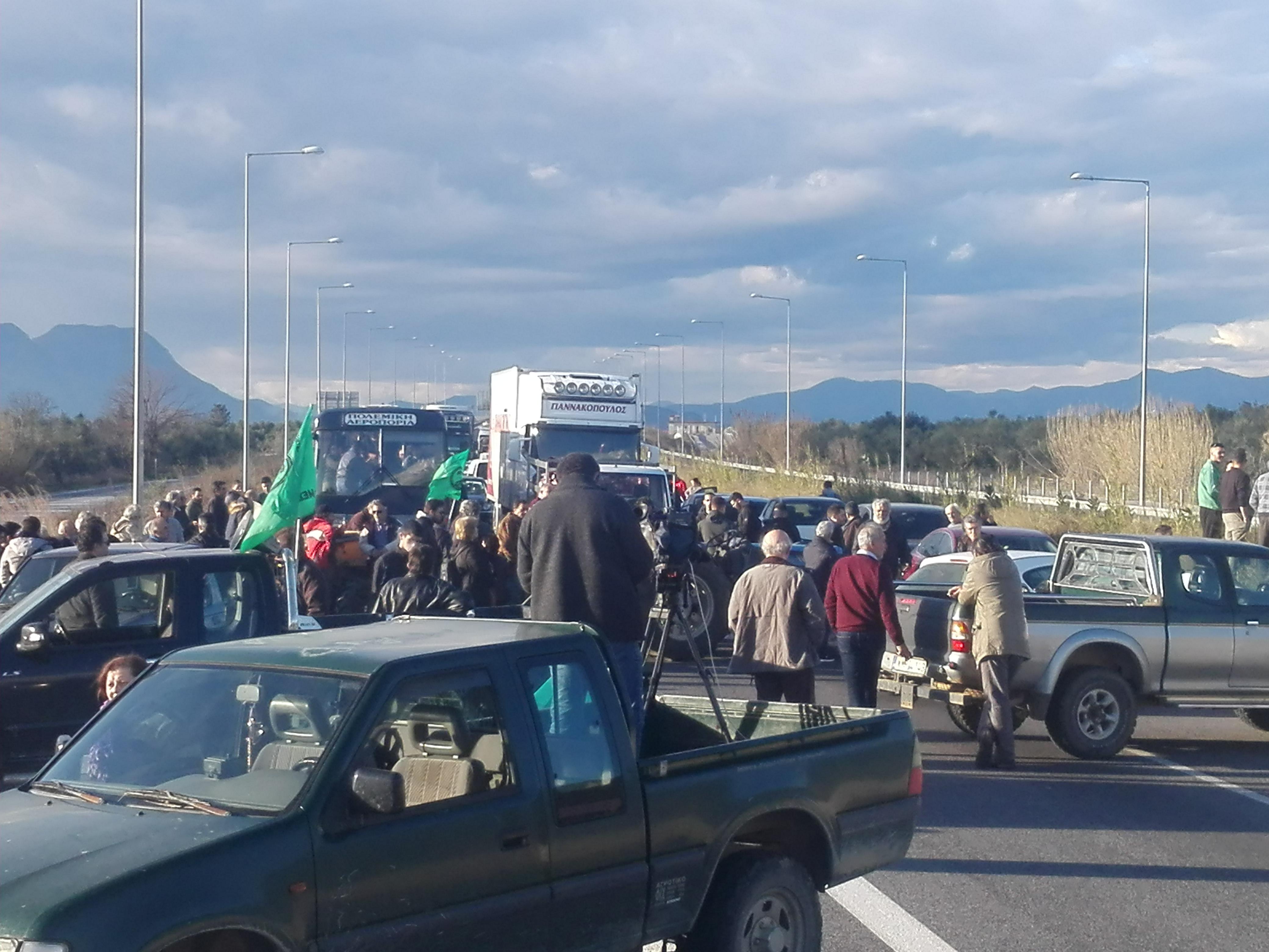 Συνεχίζονται τα μπλόκα με αποκλεισμό του αυτοκινητόδρομου στον κόμβο της Μεγαλόπολης 26