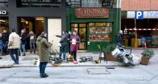 Θεσσαλονίκη: Σοκάρει το βίντεο από την στιγμή που το ΙΧ έπεσε πάνω στους πεζούς