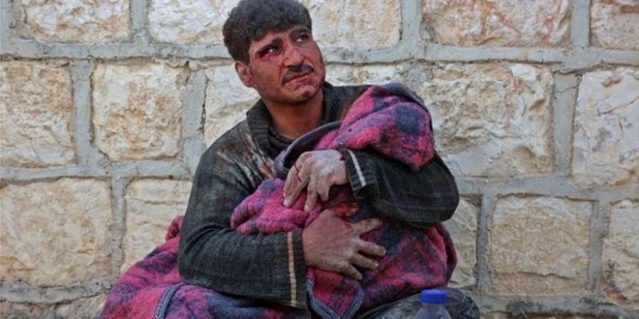 Συγκλονιστικό από την Συρία: Κοριτσάκι περιμένει να σωθεί δίπλα στη νεκρή αδερφούλα του 1