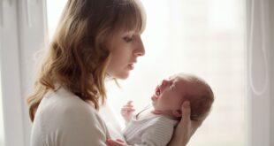 Να αφήνουμε το μωρό να κλαίει ή να το παίρνουμε αγκαλιά;