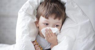 7 συχνά λάθη που κάνουν οι γονείς όταν βάζουν ορό ή θαλασσινό νερό στη μύτη του παιδιού