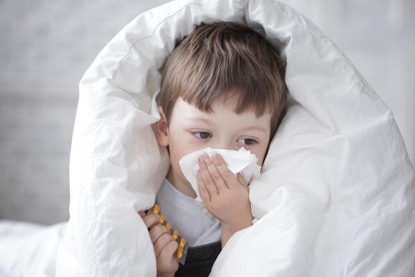 7 συχνά λάθη που κάνουν οι γονείς όταν βάζουν ορό ή θαλασσινό νερό στη μύτη του παιδιού 1