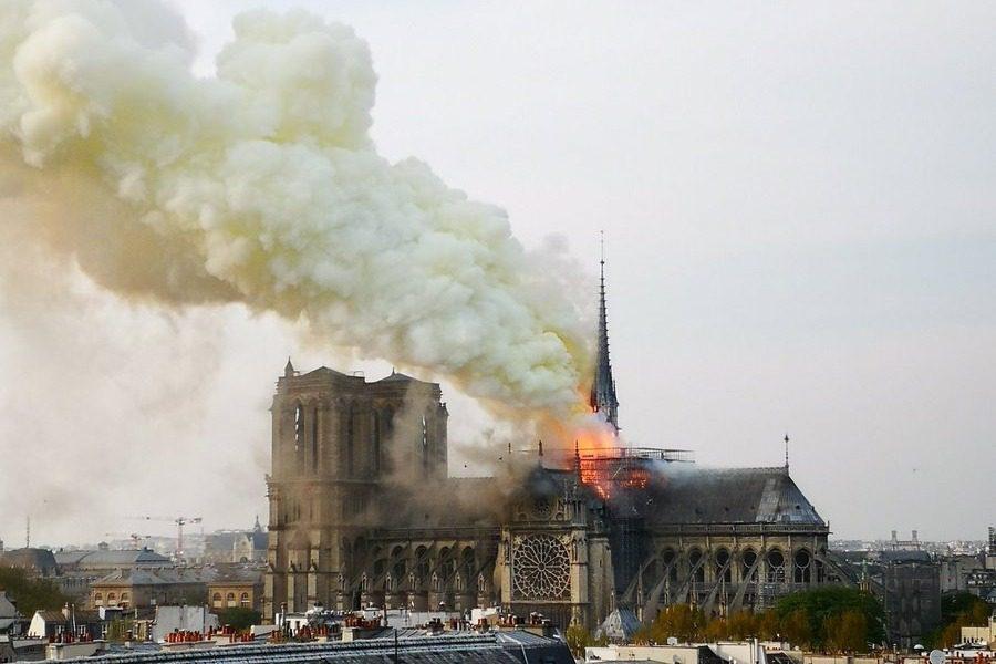 Παρίσι: Στις φλόγες η Παναγία των Παρισίων ‑ Κατέρρευσε η οροφή 12
