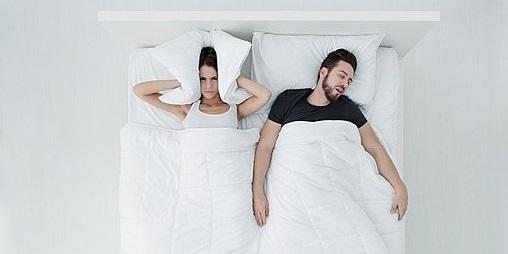 10 τρόποι για να καταφέρεις να κοιμηθείς όταν ο σύντροφος σου ροχαλίζει 1
