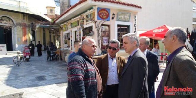 Στην κεντρική αγορά της Καλαμάτας ο Μανώλης Μάκαρης