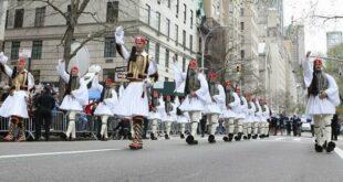 Στα γαλανόλευκα η Νέα Υόρκη! Δείτε την παρέλαση της Ομογένειας στην 5η Λεωφόρο του Μανχάταν (vids)