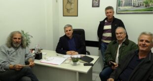 Ο Μανώλης Μάκαρης με τον Πρόεδρο της τοπικής κοινότητας Ελαιοχωρίου