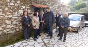 Ο Γ. Αθανασόπουλος και μέλη  του συνδυασμού «Δύναμη Δημιουργίας» στο πεταλίδι