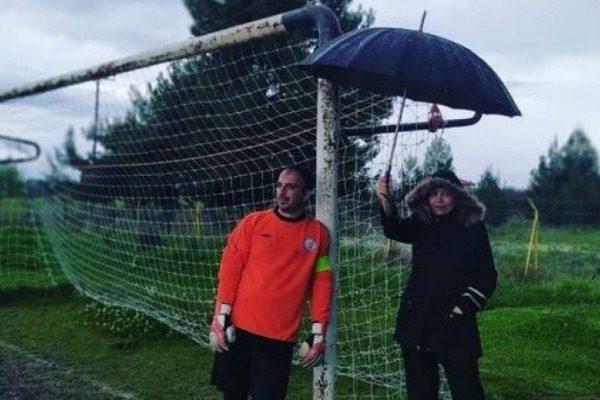 Ελληνίδα μάνα κρατά την ομπρέλα για τον τερματοφύλακα γιο της κατά την διάρκεια του αγώνα 2