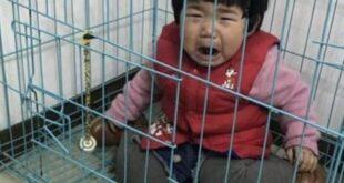 Πατέρας κρατάει το 20 μηνών κορίτσι του σε κλουβί