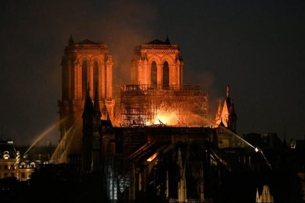 Στις φλόγες η Παναγία των Παρισίων ‑ Σώθηκε από ολική καταστροφή 8