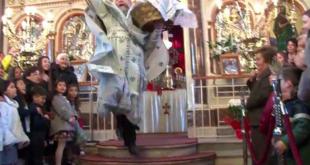 Με θεαματικό τρόπο και τον «ιπτάμενο» ιερέα γιόρτασε η Χίος την πρώτη Ανάσταση