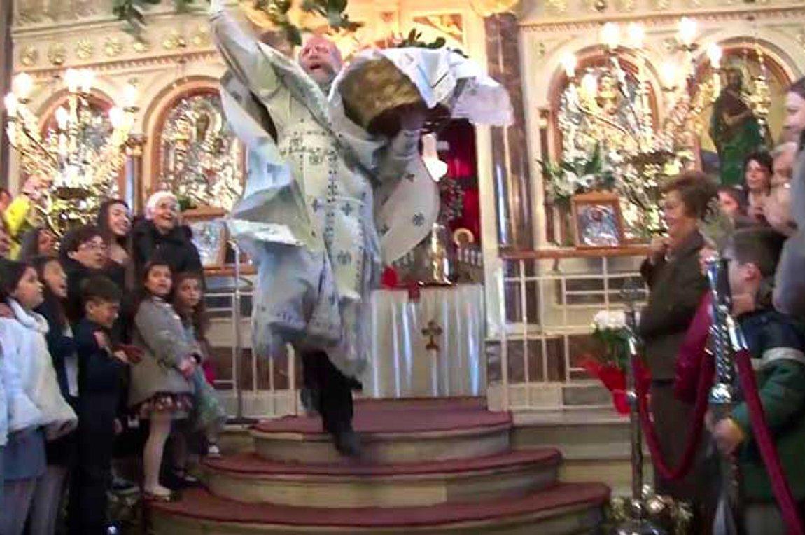 Με θεαματικό τρόπο και τον «ιπτάμενο» ιερέα γιόρτασε η Χίος την πρώτη Ανάσταση 1