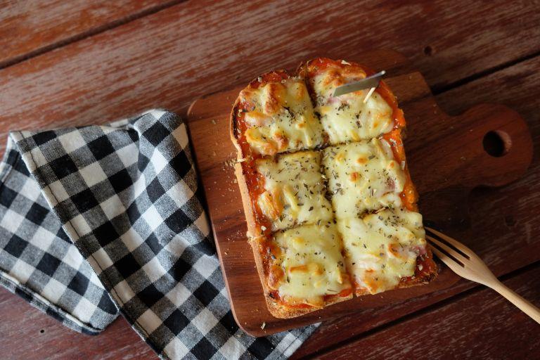 Σπιτική πίτσα με ψωμί του τοστ 4