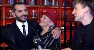 «Εγώ είμαι πιο διάσημη από τον γιο μου». Η μαμά του Λεωνίδα Κουτσόπουλου είναι απίθανη