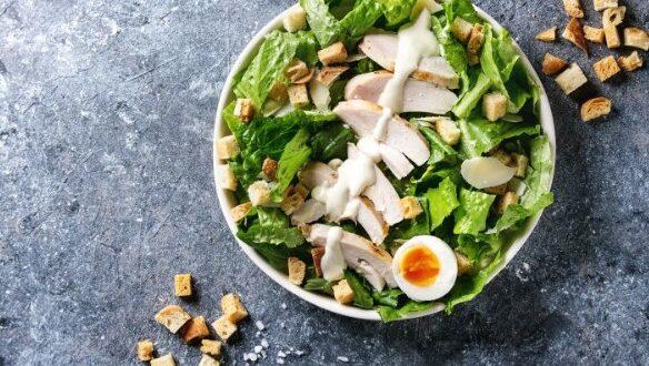 Σπιτική σαλάτα του Καίσαρα με αυγό
