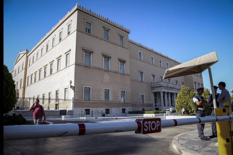 Συναγερμός στη Βουλή: Αγνωστος πέταξε γκαζάκι στον προαύλιο χώρο 1