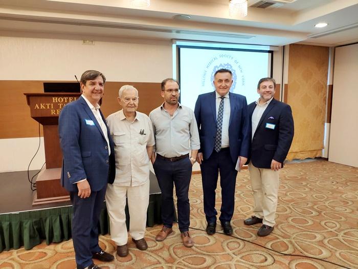 Ο καθηγητής πανεπιστημίου Κ Χαλβατσιώτης, ο πρόεδρος του ιατρικού συλλόγου Δημήτριος Τζωρτζίνης με διακεκριμένους ιατρούς της ομογένειας.