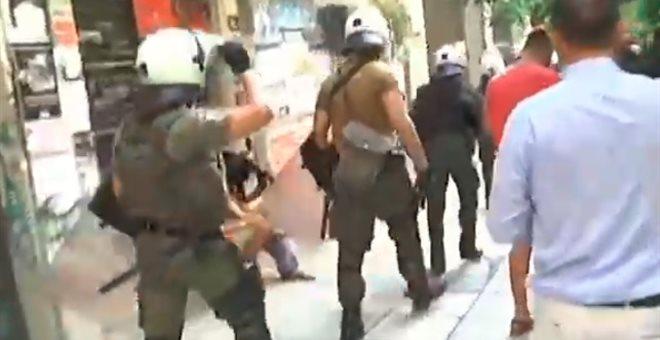 Αντιεξουσιαστές έκλεψαν κάλπη από τα Εξάρχεια (ΒΙΝΤΕΟ) 1