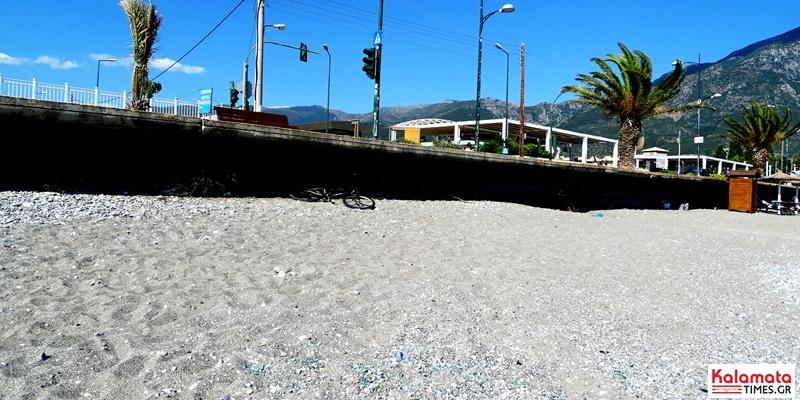 Γεμάτη σπασμένα γυαλιά η παραλία από το ΙΧ που ντεραπάρισε στην Καλαμάτα