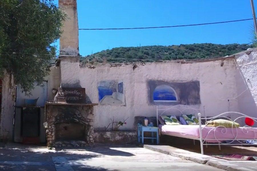 Κρήτη νοικιάζουν σε Αirbnb δωμάτιο σε σπίτι χωρίς σκεπή και πόρτες 1