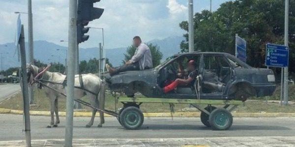 Απίστευτο θέαμα στην Κομοτηνή, άλογο …αυτοκίνητο
