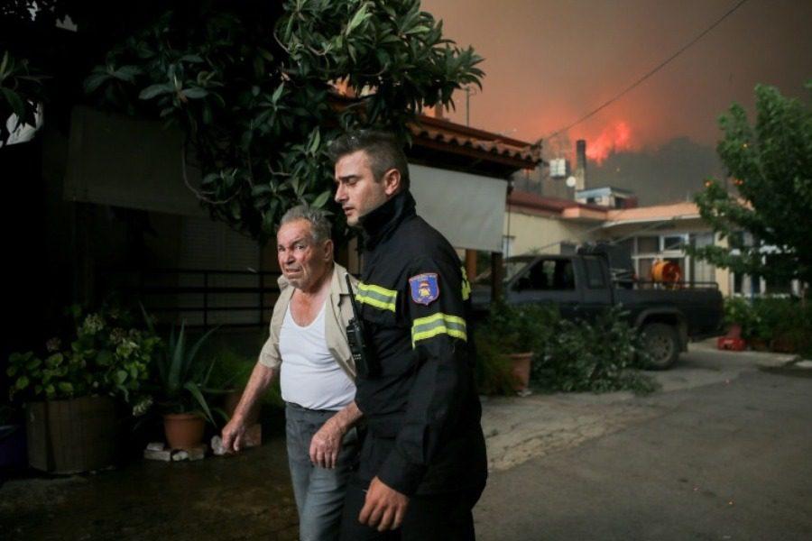 Συγκλονιστικές εικόνες: Η στιγμή της εκκένωσης φλεγόμενων οικισμών στην Εύβοια 1