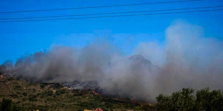 Μάχη με τις φλόγες δίνουν οι πυροσβέστες στην Ελαφόνησο -Καίνε ακόμη οι φωτιές 5