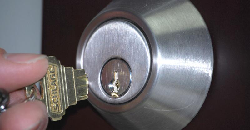 Πώς να βγάλετε ένα κλειδί που έσπασε σε μια κλειδαριά χωρίς να φωνάξετε κλειδαρά 6