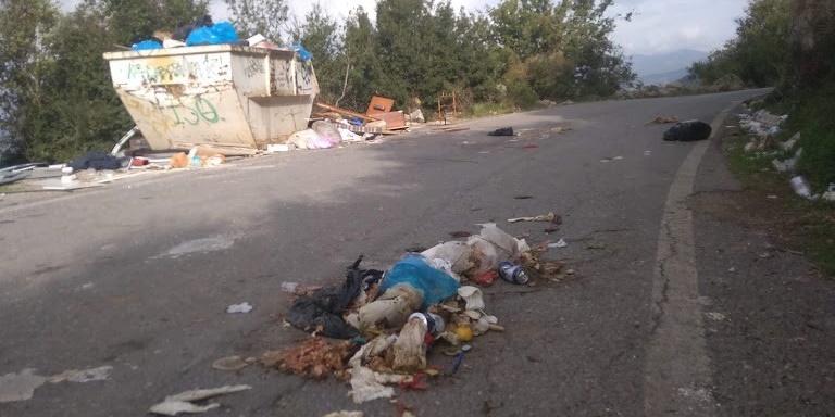 Σκουπίδια και δυσωδία στη Βέργα 6