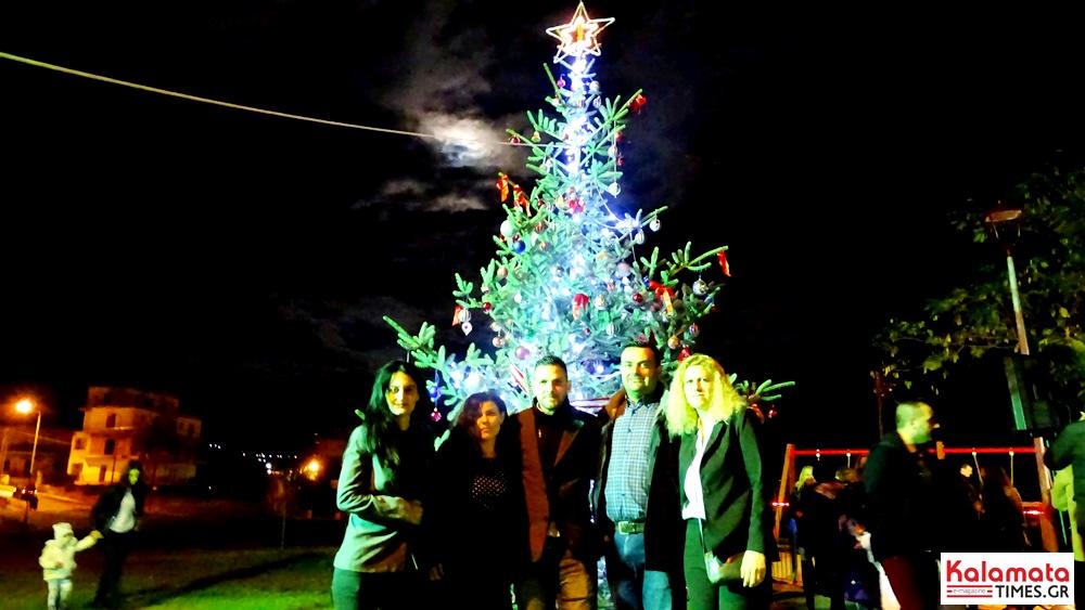 Φωταγωγήθηκε το φυσικό χριστουγεννιάτικο δέντρο στο Φραγκοπήγαδο 6