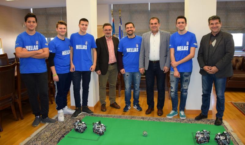 """Στον δήμαρχο Καλαμάτας οι """"αργυροί"""" μαθητές της Ρομποτικής 4"""