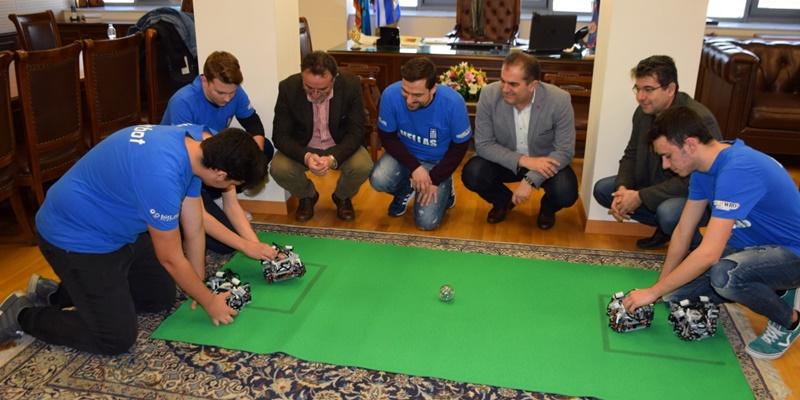 """Στον δήμαρχο Καλαμάτας οι """"αργυροί"""" μαθητές της Ρομποτικής 3"""