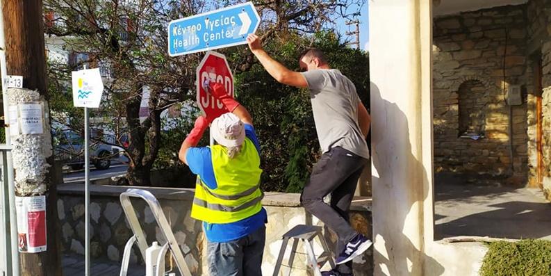 Καθαρισμός οδικών πινακίδων από τον σύλλογο «Καθαρή Μάνη» 1