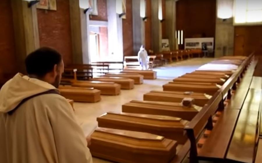 Κορονοϊός Ιταλία: Εκκλησία γεμάτη φέρετρα στο Μπέργκαμο 4