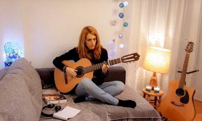 """Η Μαρία Βούλγαρη μας στέλνει μήνυμα αισιοδοξίας με τη φωνή και την κιθάρα της """"Θα αντέξεις"""" 3"""