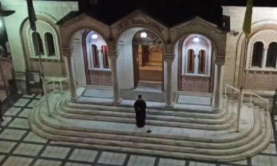 Θεσσαλονίκη: Έψαλε «Τη Υπερμάχω» από το προαύλιο του ναού - Οι πιστοί από μπαλκόνια 20