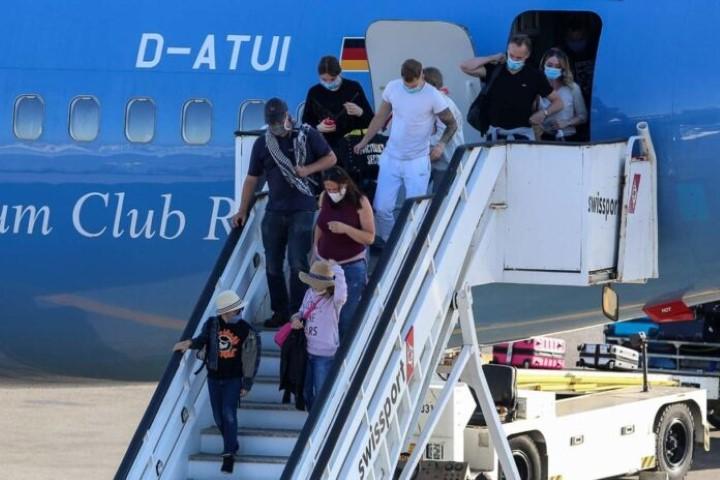 Τι έδειξαν τα πρώτα αποτελέσματα των 6.500 τεστ σε τουρίστες μετά το άνοιγμα των αεροδρομίων 10